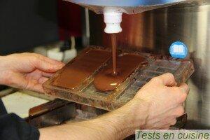 Moulage des tablettes de chocolat